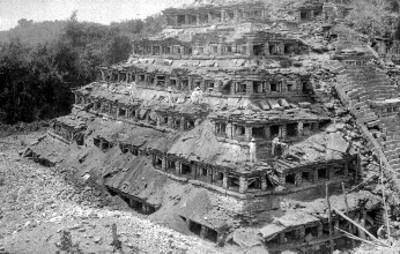 Hombres trabajan en restauración de la Pirámide de los Nichos