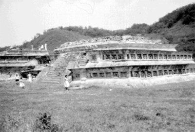 Gente sobre las estructuras arquitectónicas de Tajín Chico