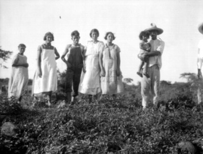 Familia posa en un campo, retrato