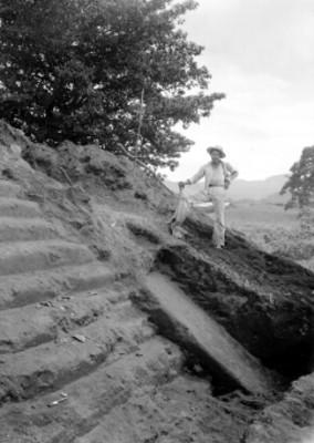 Vista de un hombre junto a escalinatas de una estructura prehispánica