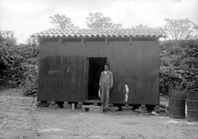 Trabajador posa afuera del campamento, retrato