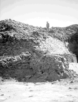 Hombre sobre un montículo por excavar en Tzintzuntzán