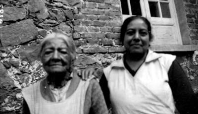 Mujeres posan frente a casa, retrato