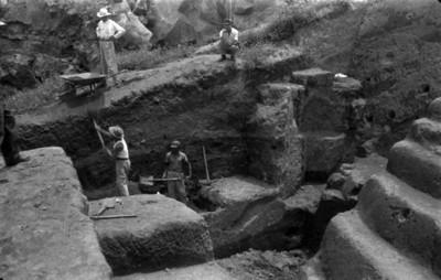 Hombres trabajan en una excavación de una estructura prehispánica