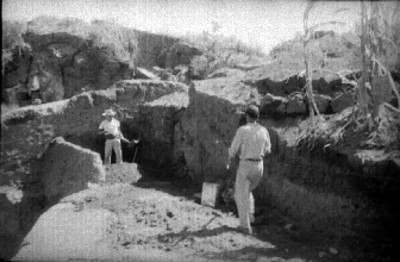 Hombres excavan basamento