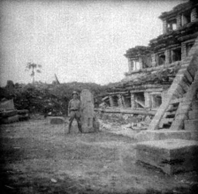 Hombre posa junto a lápida durante restauración de la Pirámide de los Nichos