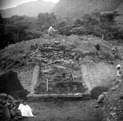 Trabajadores en excavación del edificio A