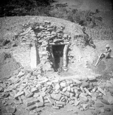 Hombre sentado junto a Edificio A en proceso de excavación