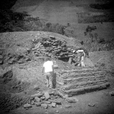 Hombres reconstruyen escalinata del edificio A