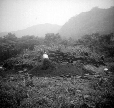 Hombre excava montículo en Cuatlamayán