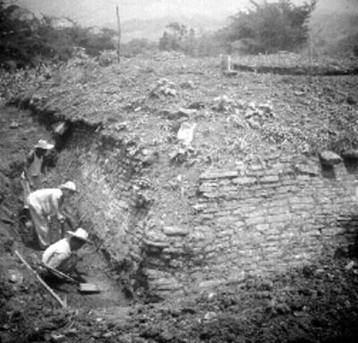 Hombres excavan el edificio B
