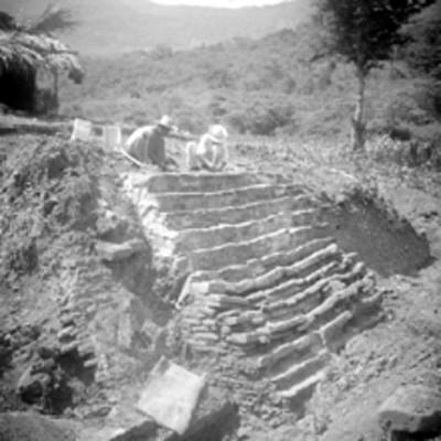 Hombres restauran escalinata