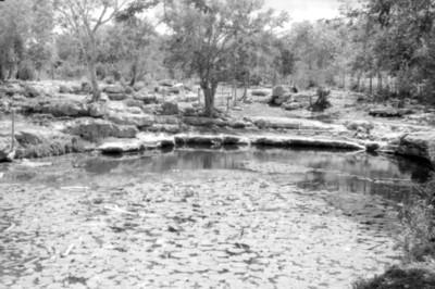 Vista de la orilla del cenote Xlacah