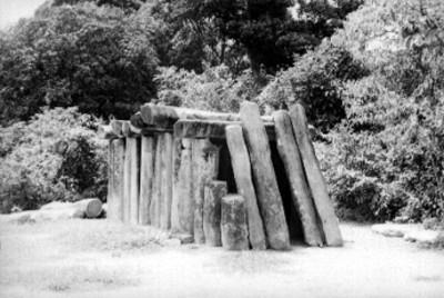 Tumba de columnas de basalto en La Venta