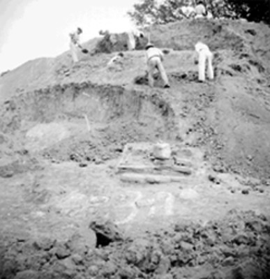 Trabajadores excavan montículo en Tamos