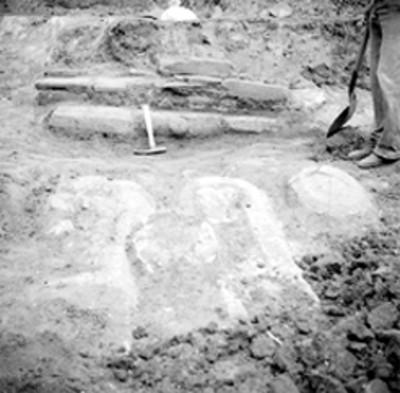 Vista de fragmentos arqueológicos en excavación