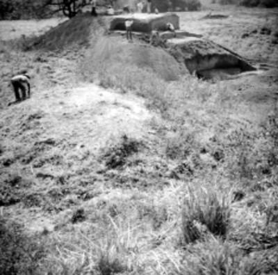 Vista de hombres durante la excavación del edificio A