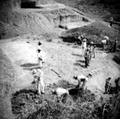"""Hombres realizan trabajos de exploración y excavación en el """"Edificio A"""""""