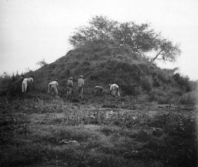 Trabajadores frente al montículo B en Tamos