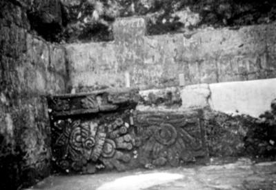 Detalle de la banca en el costado norte de segundo aponsento de la Pirámide del Tepozteco