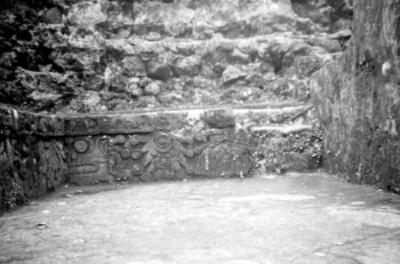Detalle de la ornamentación en la banca del lado sur de la pirámide