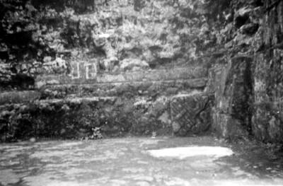 Vista de la banca en el costado norte del primer aposento del Templo del Tepozteco