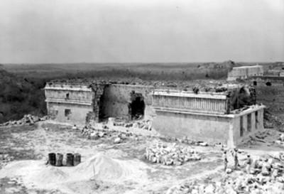 Hombres realizan trabajos de reconstrucción en el Palacio, fachada porterior