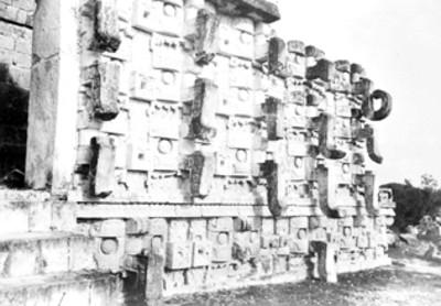 Detalle de mascarones del dios Chac en el Codz Poop