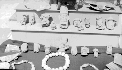 Esculturas antropomorfas, collares y fragmentos de vasijas prehispánicas