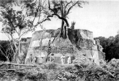 Hombres en la parte posterior del Templo del Dios del Aire