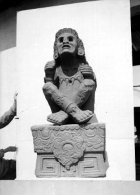Escultura con la representación del dios Xochipilli