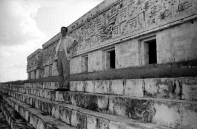 Hombre en las escalinatas del Palacio de el Gobernador