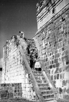 Personas descienden escalinatas en proceso de restauración en el Templo de los Jaguares