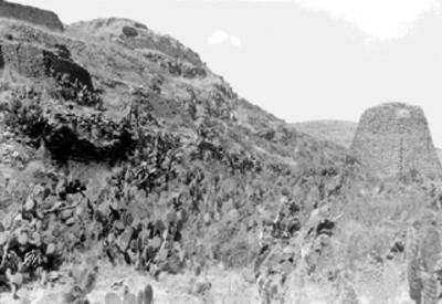 Pirámide votiva a un costado de cerro con acantilados