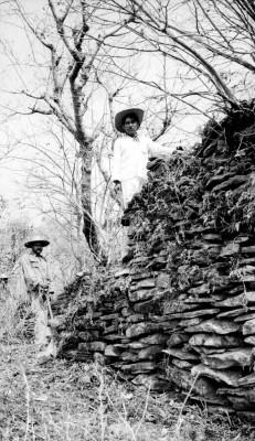 Hombres realizan trabajos de exploración y excavación en Oztuma