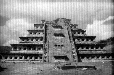 Pirámide de los Nichos sin restaurar, vista frontal