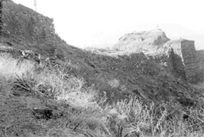 Hombres sobre la parte superior de unas estructuras arqueológicas