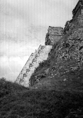 Pirámide del Adivino, detalle lateral de la escalinata