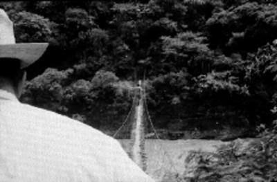 Hombres cruzan el puente de Hamaca en Río Grande