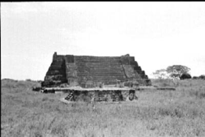Vista frontal del Templo de las Chimeneas