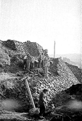 Hombres trabajan en restauración de Cuicuilco