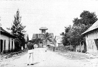 Hombre mira el frente del Castillo de Teayo, reprografía