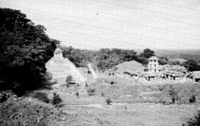 Vista del Palacio y del Templo de las Inscripciones durante los trabajos de reconstrucción