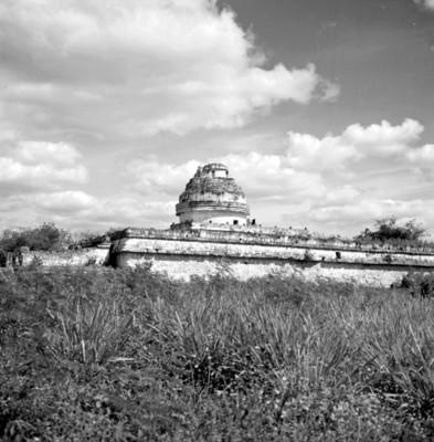 Vista posterior del edificio El Caracol en Chichén Itzá