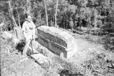 Hombre observa muro en Bonampak