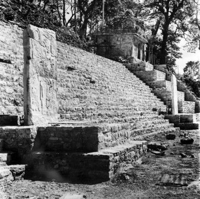 Vista lateral de la estructura 1 de Bonampak o Templo de las Pinturas, reprografía