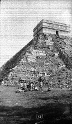 Personas frente al Castillo en Chichén Itzá, retrato de grupo