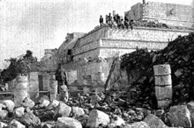 Personas sobre el Templo de los Guerreros y parte del grupo de las Mil Columnas