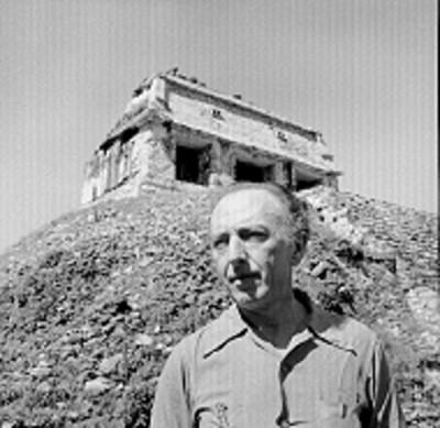Hombre al pie del Templo del Conde