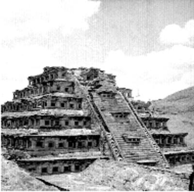 Vista de la Pirámide de los Nichos durante los trabajos de restauración